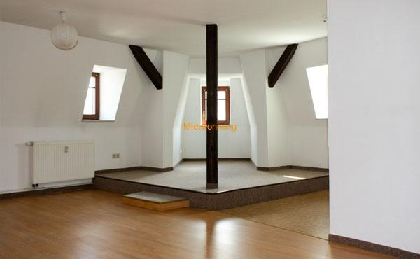 Dachgeschosswohnung mit Holzbalken und Podest